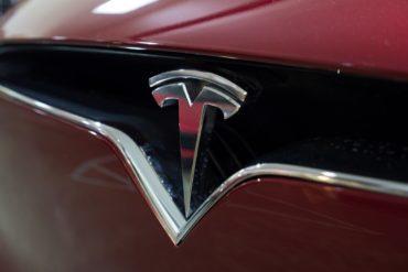 Tesla закрывает все магазины и станет дешевле
