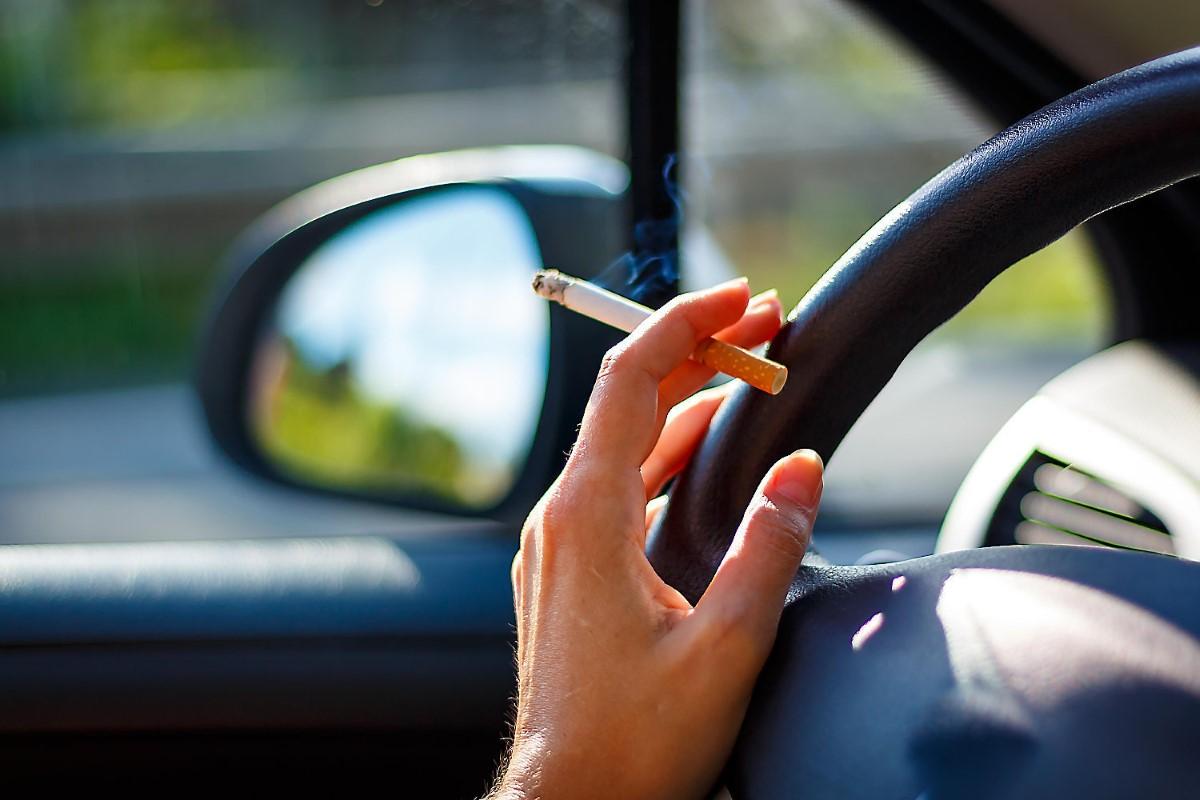 В Белоруссии вводят новый штраф – за курение в автомобиле с ребенком