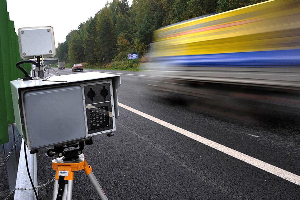 На региональных дорогах Подмосковья установили предупреждающие знаки о работе передвижных камер