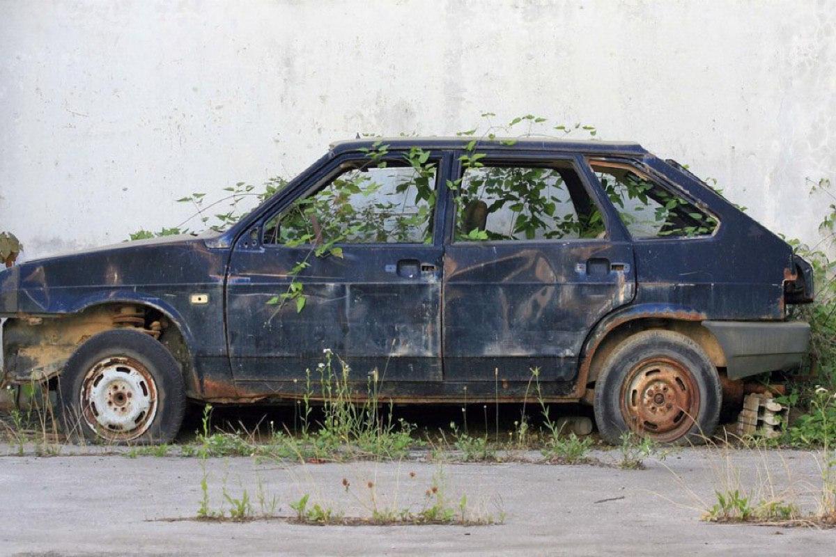 Бросил авто – плати штраф: наказание за бесхозные автомобили предложили внести в КоАП
