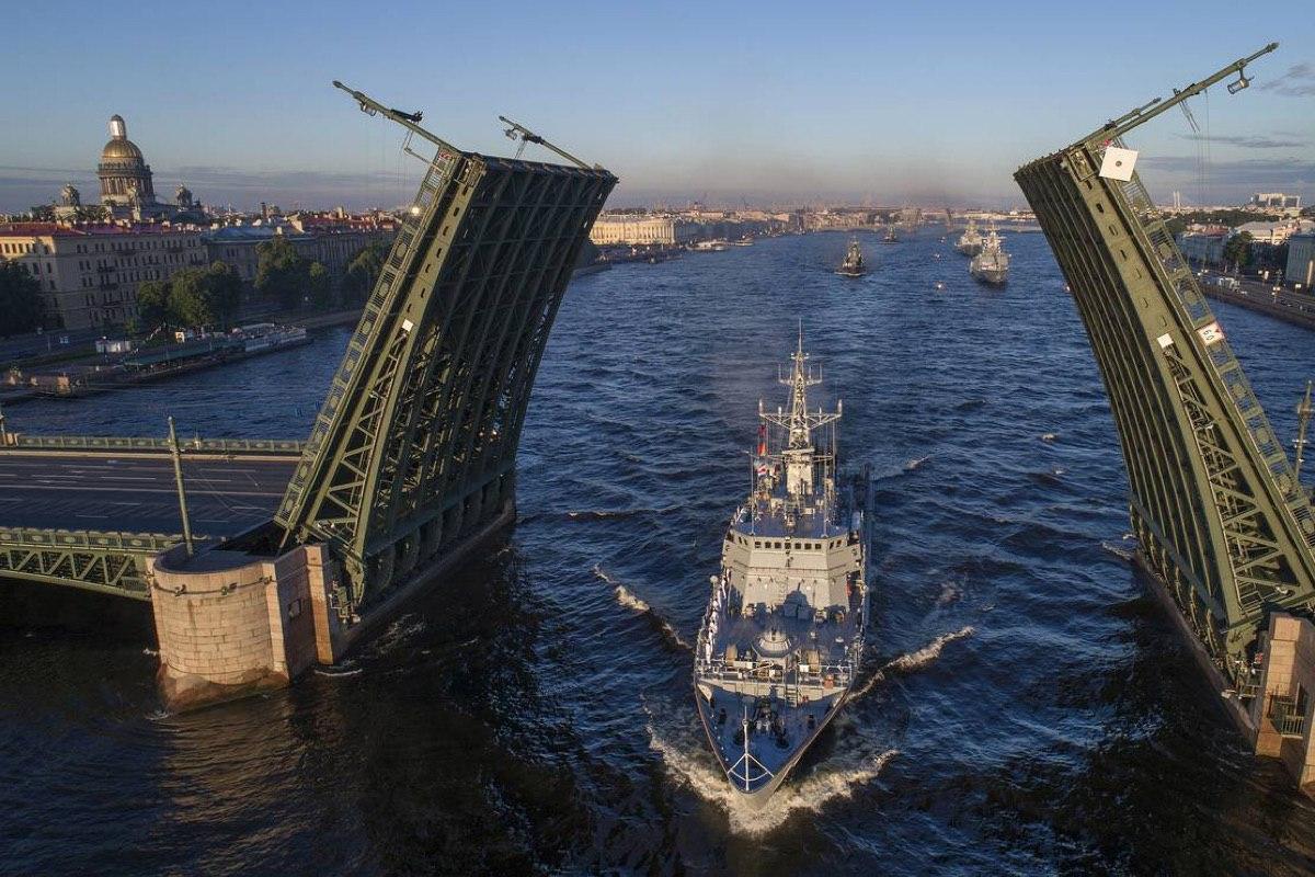 В Санкт-Петербурге 14 и 17 июля ограничат движение и разведут мосты из-за репетиции Дня ВМФ