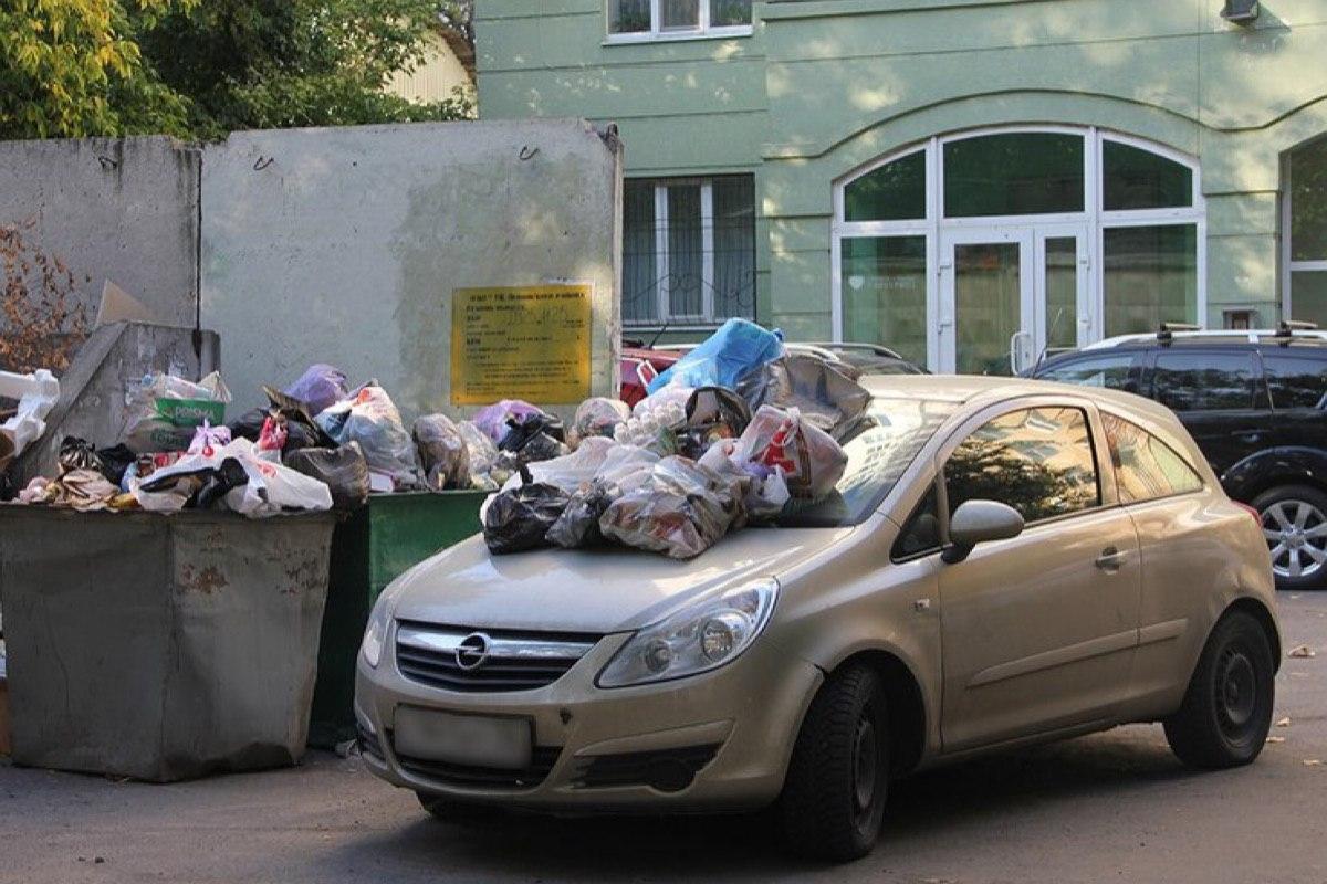 Штраф за парковку возле мусорных контейнеров планируют ввести в Санкт-Петербурге