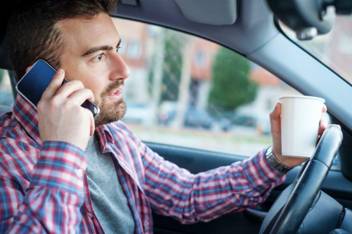 Штрафы за разговоры по телефону за рулем: как избежать ошибок при выявлении нарушителей ПДД