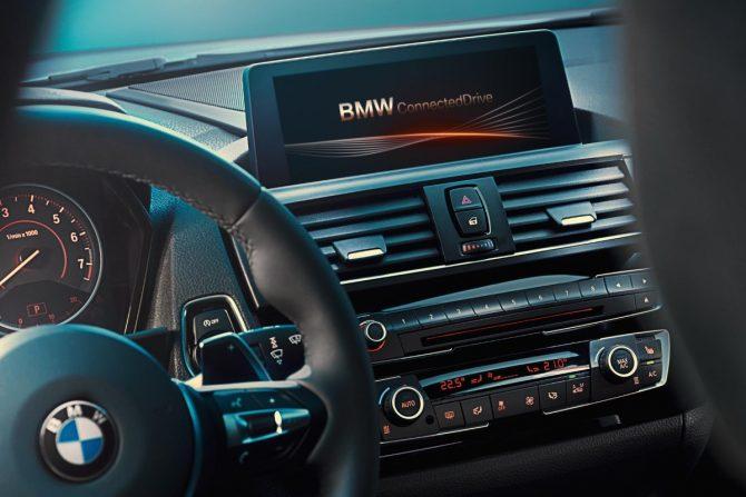 Автомобили BMW предупреждают водителей о дорожных камерах. Теперь и в России!